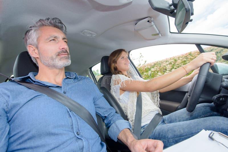 Elevchaufför som har kurs med instruktören royaltyfri fotografi