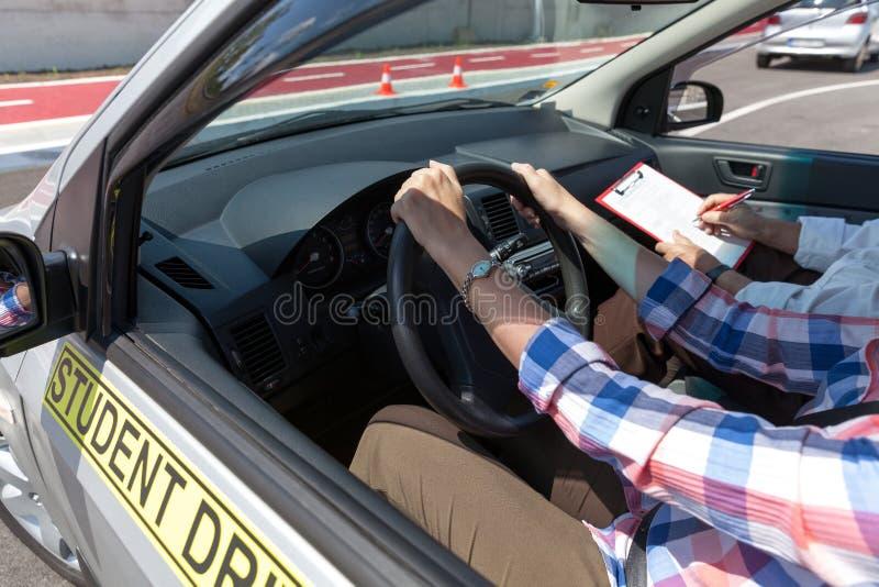 Elevchaufförstudent som kör bilen med instruktören fotografering för bildbyråer