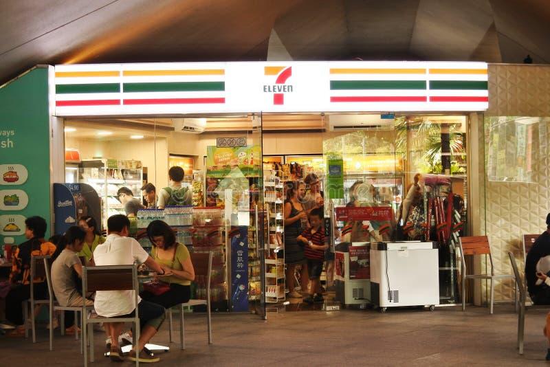 7 Eleven Mart bajo el puente Esplanade, Singapur imagenes de archivo