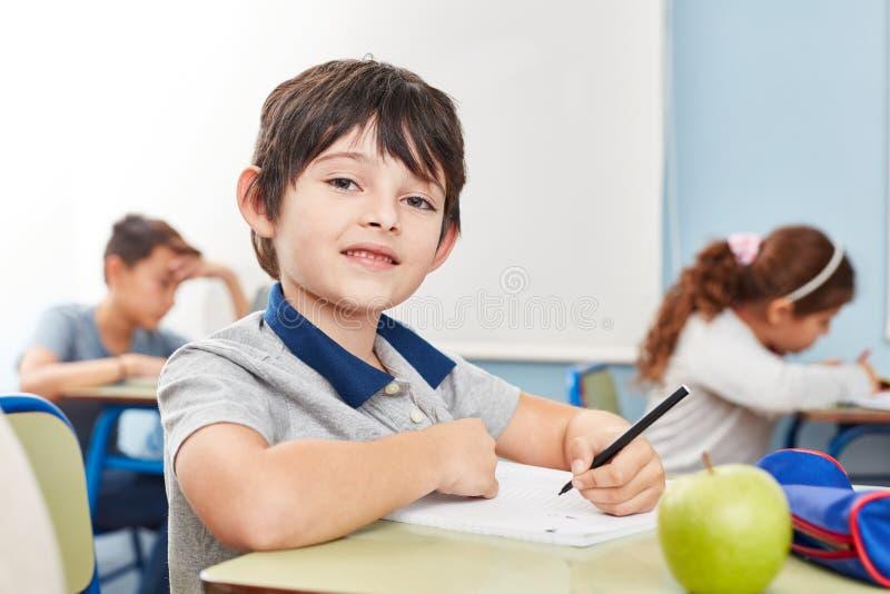Eleven skriver ett prov eller en diktamen arkivbilder