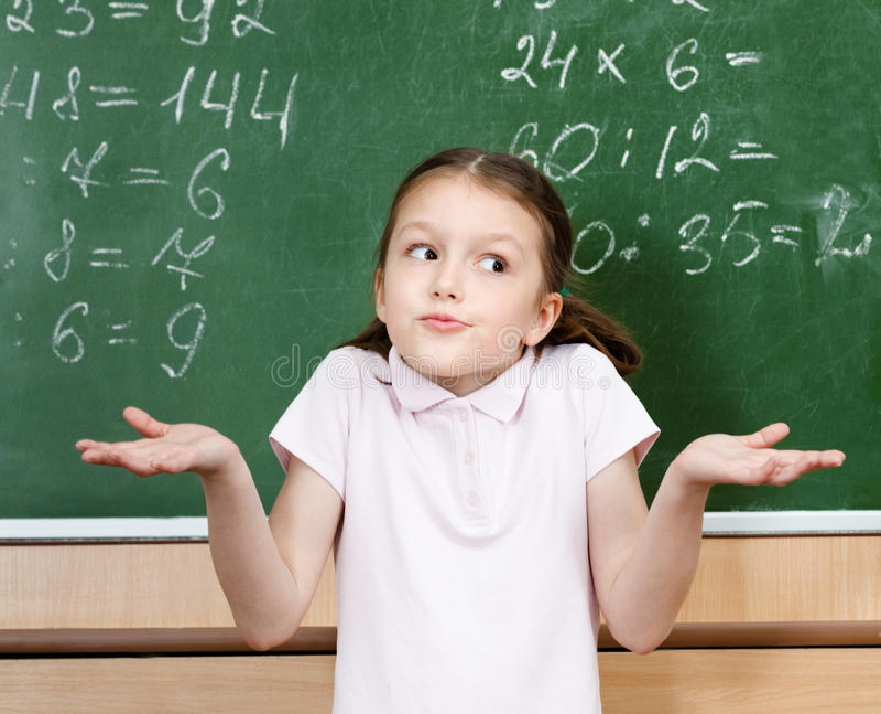 Eleven vet inte svaret och fördelar henne armar royaltyfria foton
