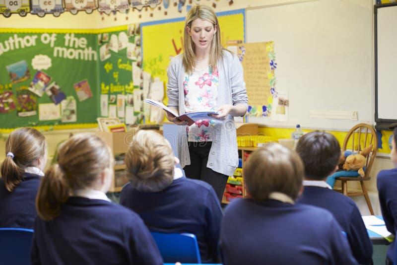 Elever för lärareTeaching Lesson To grundskola royaltyfri bild