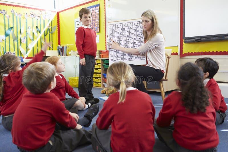 Elever för lärareTeaching Maths To grundskola royaltyfria bilder