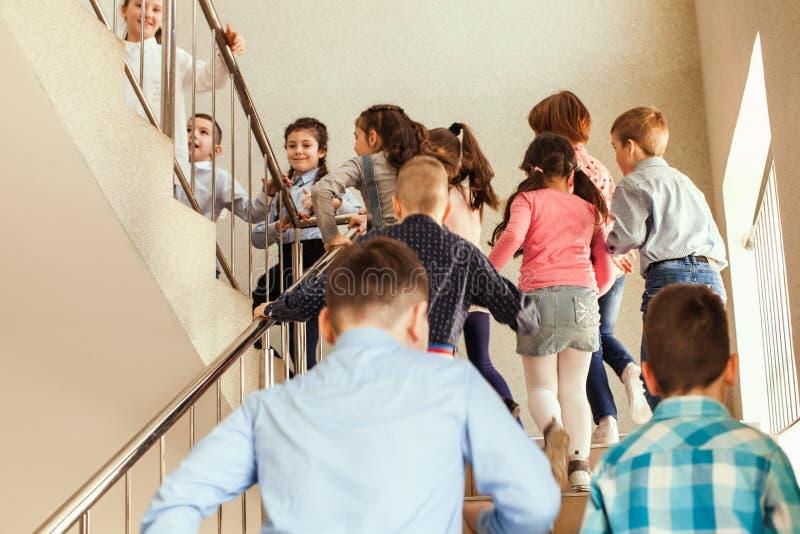 Elever går uppför trappan royaltyfri fotografi
