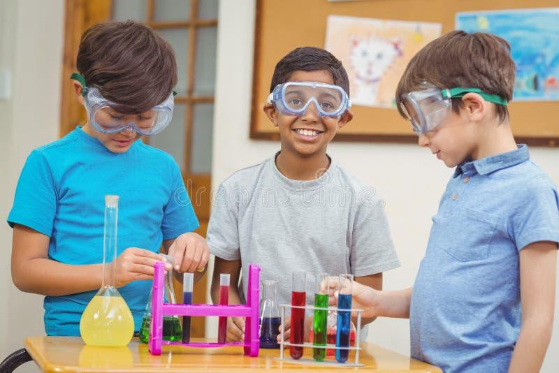 Elever på vetenskapskursen i klassrum royaltyfri foto