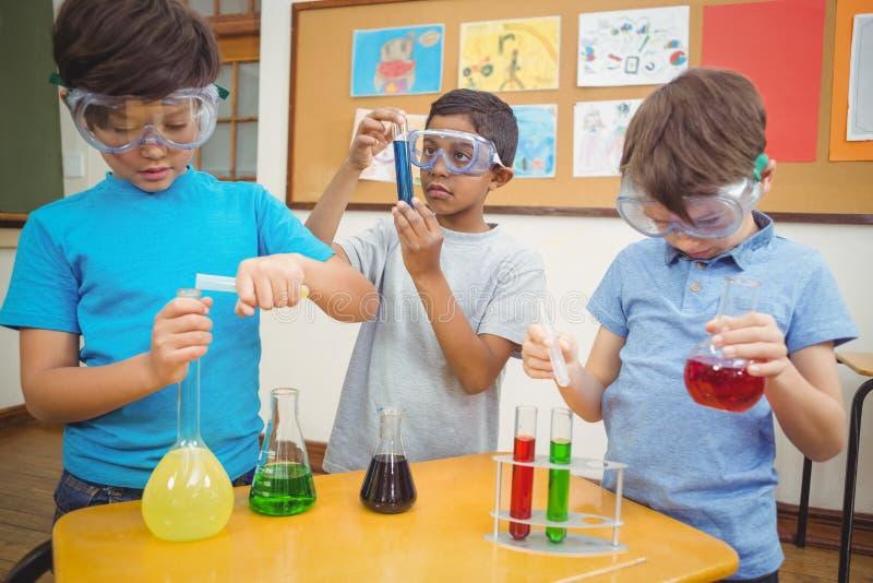 Elever på vetenskapskursen i klassrum royaltyfri fotografi