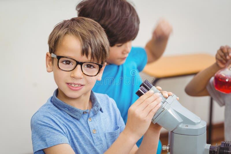 Elever på vetenskapskursen i klassrum arkivfoton