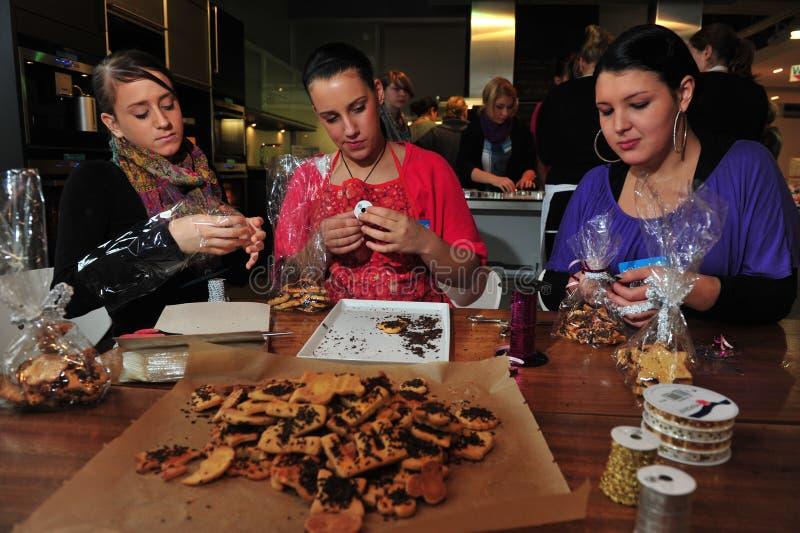 Elever som bakar kakor fotografering för bildbyråer