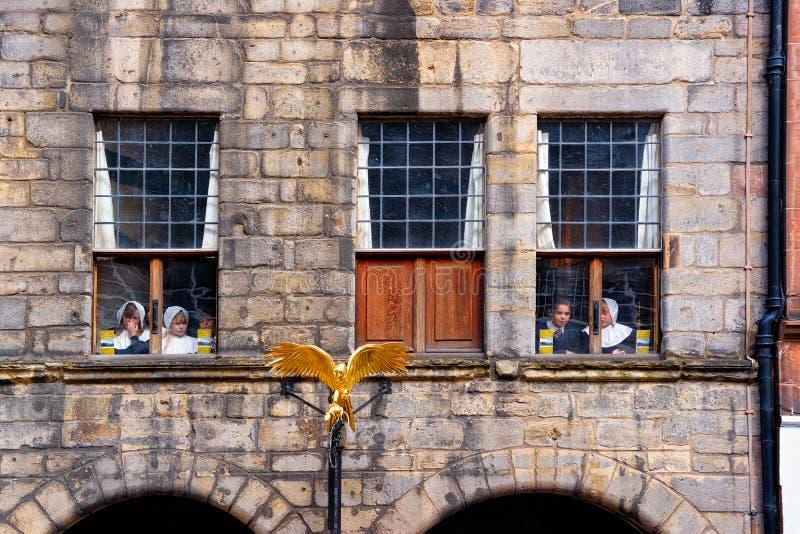Elever som ser fönster av skola i Edinburg fotografering för bildbyråer