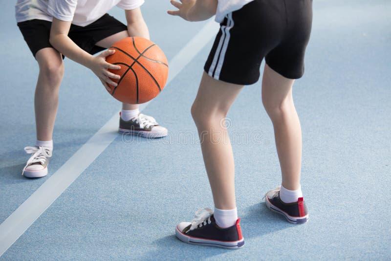 Elever som spelar basket arkivfoto