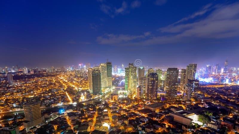 Eleveted nattsikt av Rockwell, sikt från P Burgos Makati i tunnelbanan Manila, Filippinerna arkivfoto