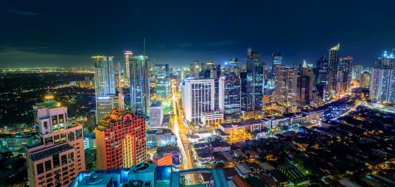 Eleveted, opinião de Makati, o distrito financeiro da noite do metro M fotos de stock