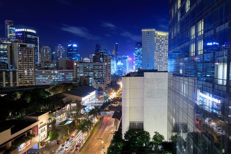 Eleveted, opinião de Makati, o distrito financeiro da noite do metro Manila fotos de stock royalty free