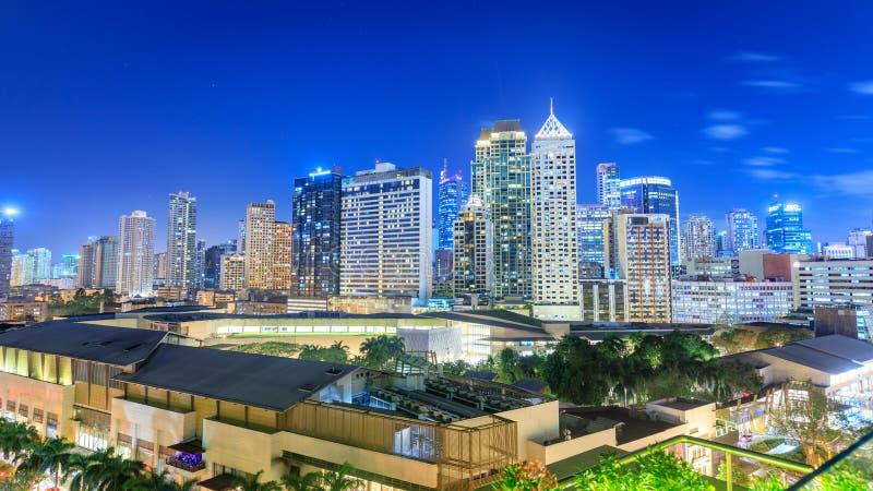 Eleveted, opinião de Makati, o distrito financeiro da noite do metro Manila imagem de stock