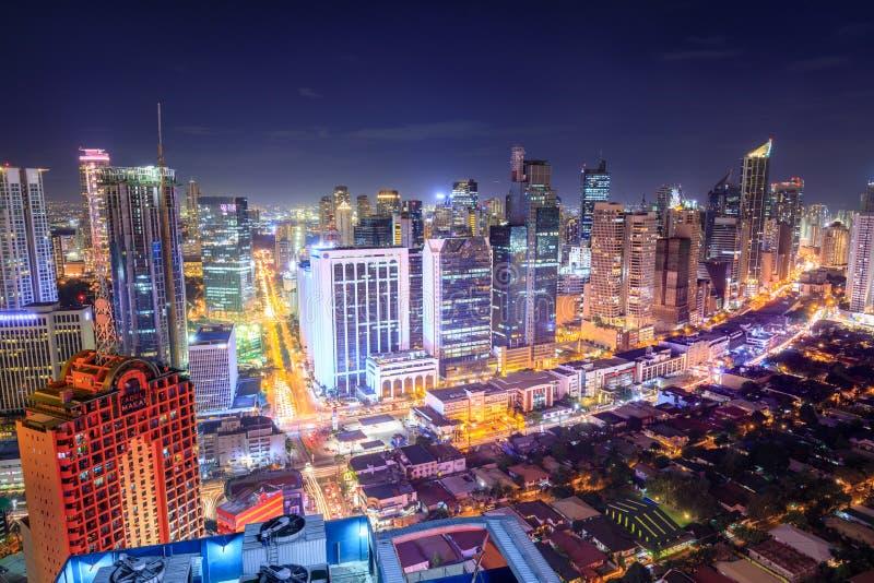 Eleveted, opinião de Makati, o distrito financeiro da noite do metro Manila fotografia de stock royalty free