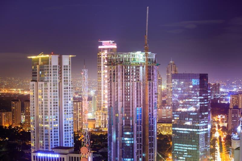 Eleveted, opinião de Makati, o distrito financeiro da noite do metro Manila imagens de stock royalty free