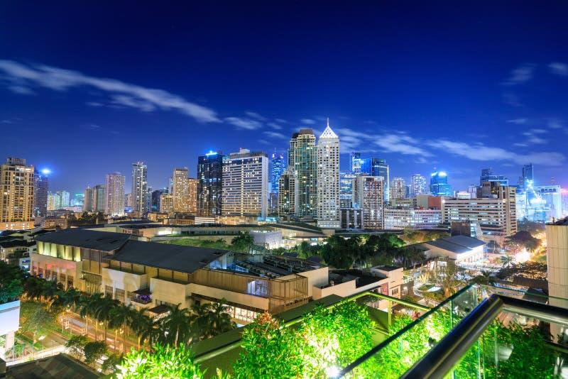 Eleveted, opinião de Makati, o distrito financeiro da noite do metro Manila, Filipinas fotos de stock royalty free