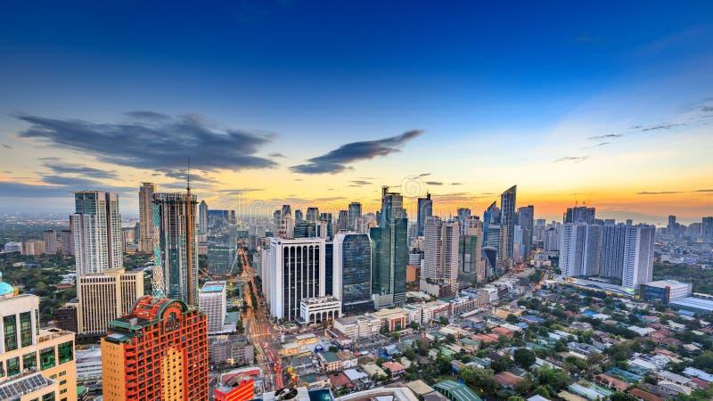 Eleveted, opinião de Makati, o distrito financeiro da noite do metro Manila, Filipinas imagem de stock