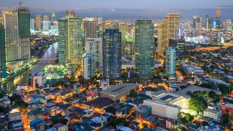 Eleveted, opinião de Rockwell, vista da noite de P Burgos Makati no metro Manila, Filipinas imagens de stock royalty free