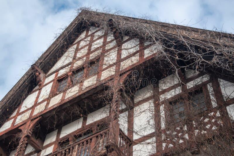 Elewacja starego drewnianego domu z suchym okrywaczem w Wrocławiu, Polska fotografia stock