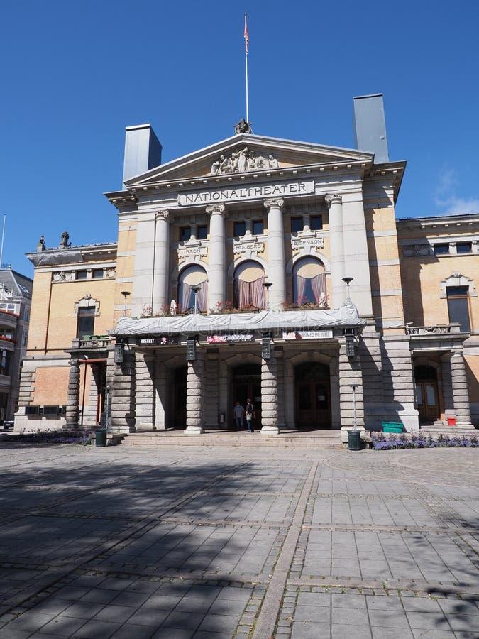Elewacja teatru narodowego w stolicy europejskiej Oslo w dystrykcie Ostlandet w Norwegii - pionowa obrazy stock