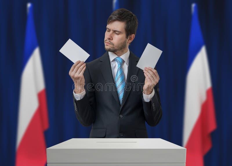 Elezione in Francia L'elettore indeciso sta prendendo la decisione immagini stock libere da diritti