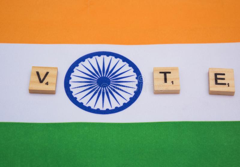 Elezione indiana, lettere di legno sulla rappresentazione indiana della bandiera del concetto di voto fotografia stock