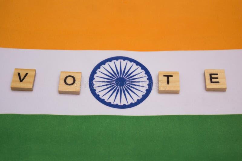 Elezione indiana, lettere di legno sulla rappresentazione indiana della bandiera del concetto di voto fotografie stock libere da diritti