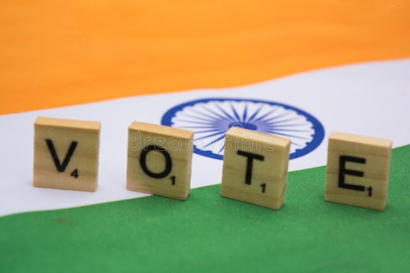 Elezione indiana, lettere di legno sulla rappresentazione indiana della bandiera del concetto di voto immagini stock libere da diritti