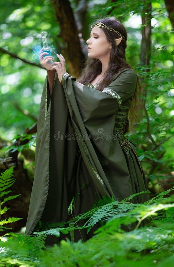Elf con una bottiglia di pozione magica immagini stock libere da diritti