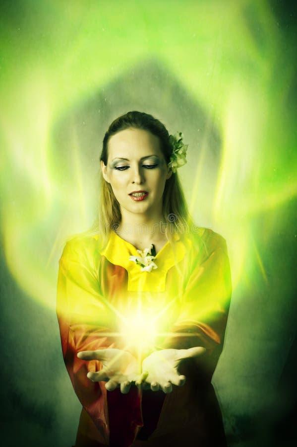 Elf oder Hexe der jungen Frau, die Magie bilden stockfoto