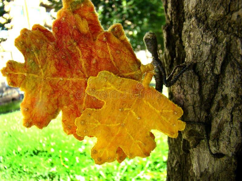 Elfe d'automne de feutre avec des ailes des feuilles photographie stock libre de droits