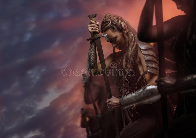 Elfe de guerrière de femme avec l'épée photographie stock