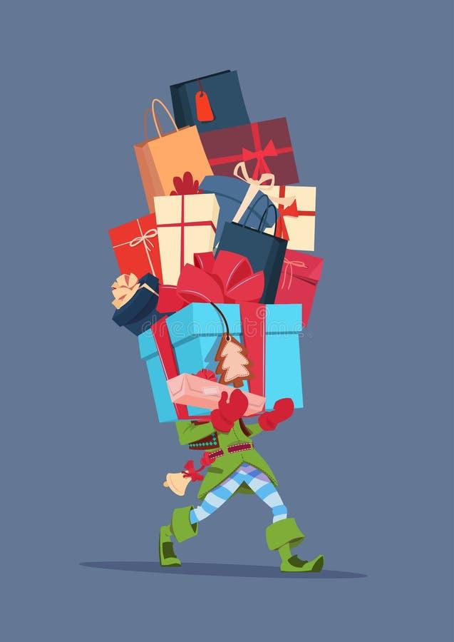 Elfe, die Geschenkbox-Stapel über Gray Background Christmas Holiday Presents-Konzept hält lizenzfreie abbildung