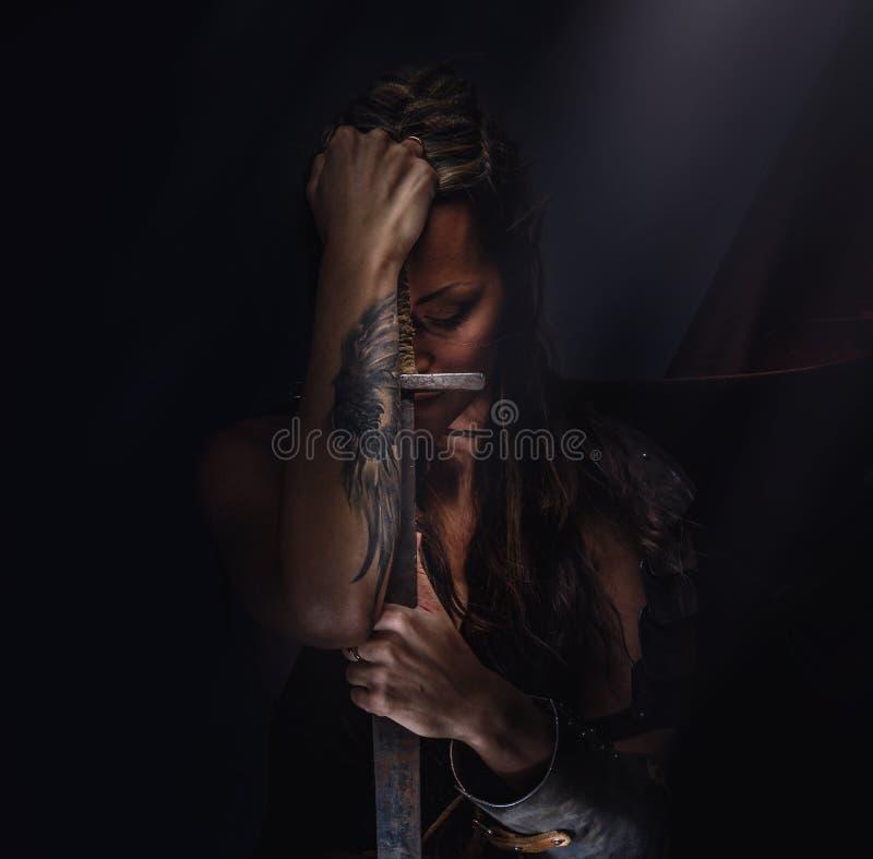 Elfenfrau in der Rüstung stockfotos