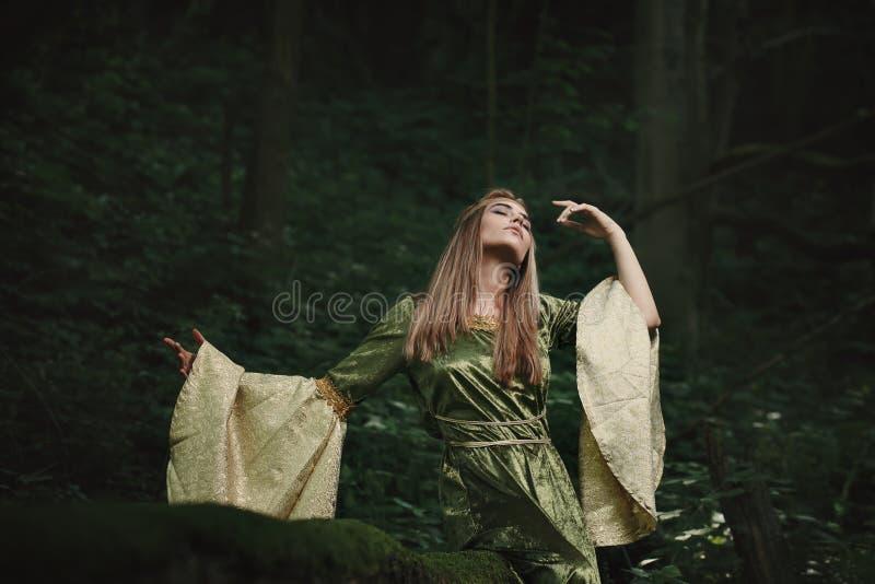 Elfenkönigin, die im Wald tanzt stockbilder