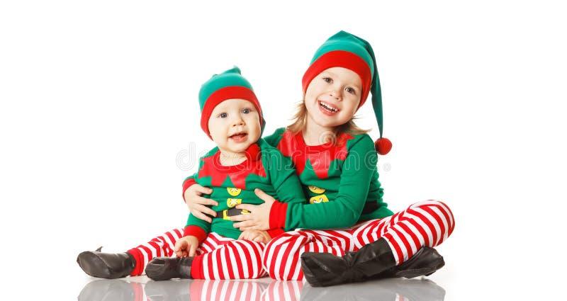 Elfo allegro dei bambini di concetto due di Natale che sembra upisolated fotografie stock libere da diritti