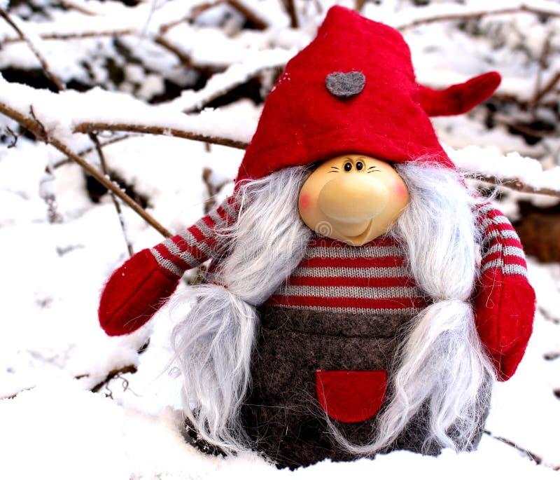 Elfo sveglio di vista del primo piano in neve Creativo per la cartolina d'auguri colourful con lo spazio della copia fotografia stock