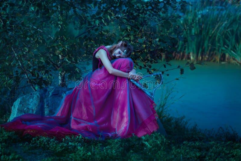 Elfvrouw in violette kleding stock foto's