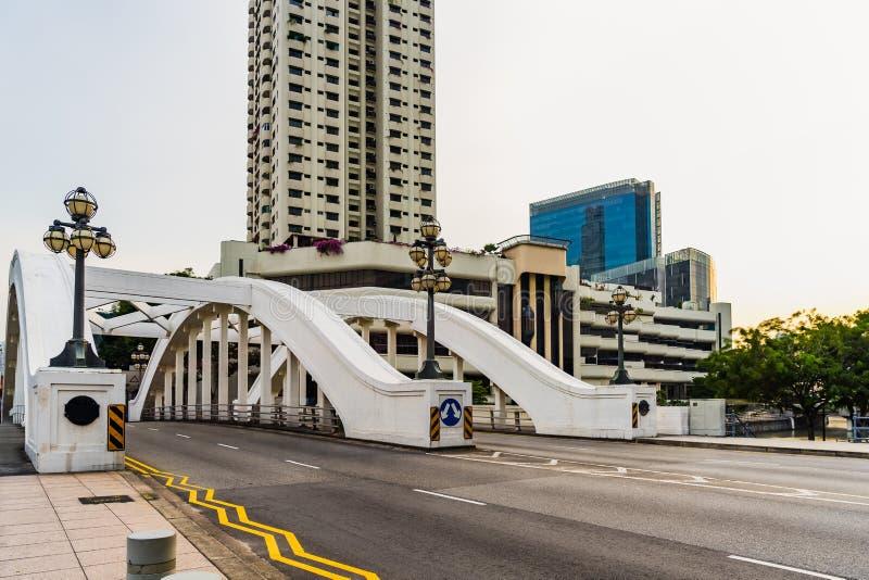 Elgin Bridge Singapore en lege weg in zonnige dag stock fotografie