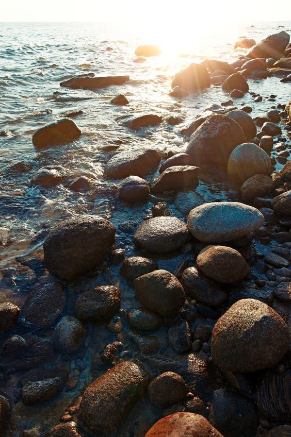 Elia Nikiti岩石海滨在日落,希腊的 免版税库存图片
