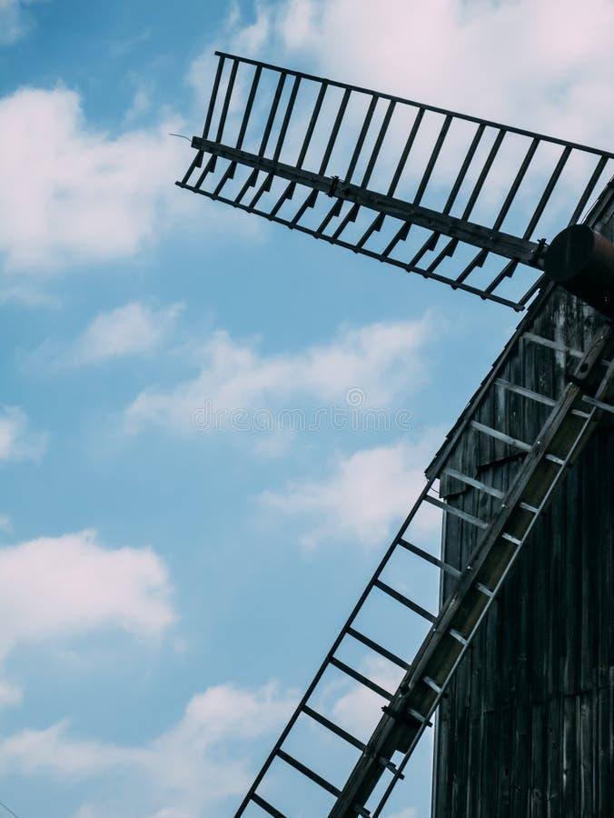 Elica di vecchio mulino a vento di legno fotografia stock libera da diritti