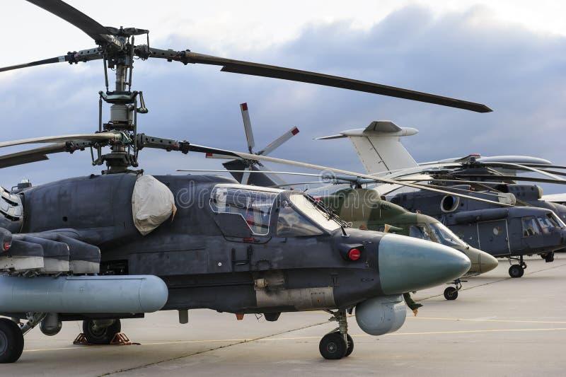 Elicotteri ed aerei nella fila fotografia stock libera da diritti