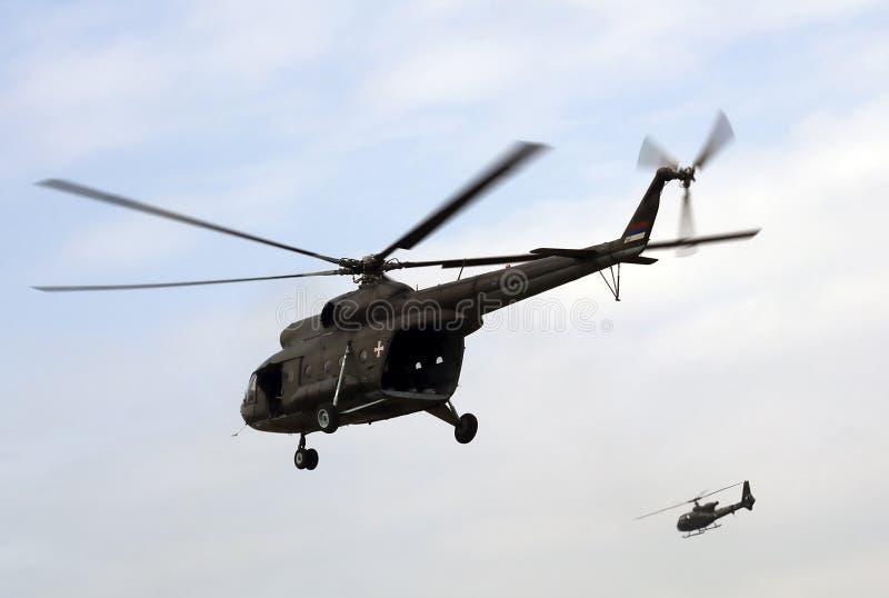 Elicotteri militari nei voli immagini stock