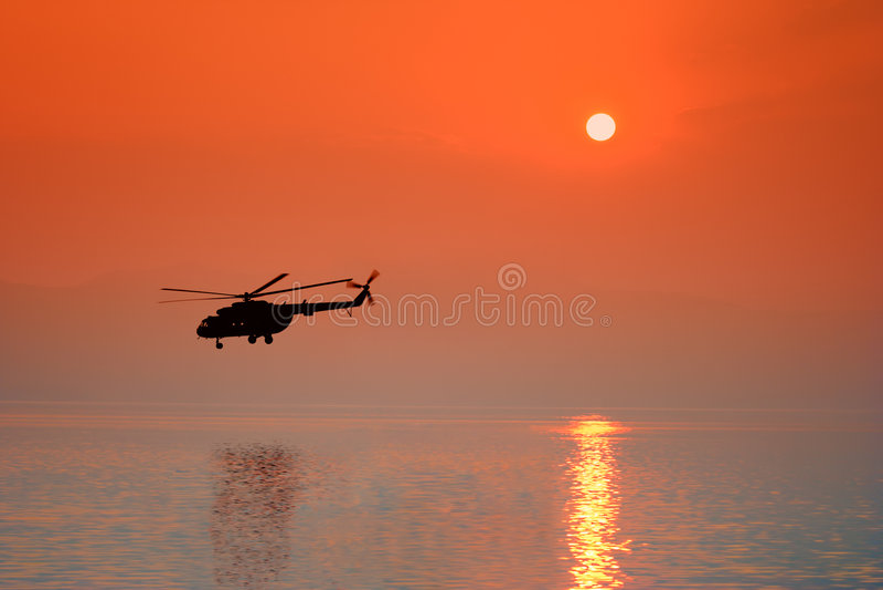 Elicottero al tramonto fotografie stock