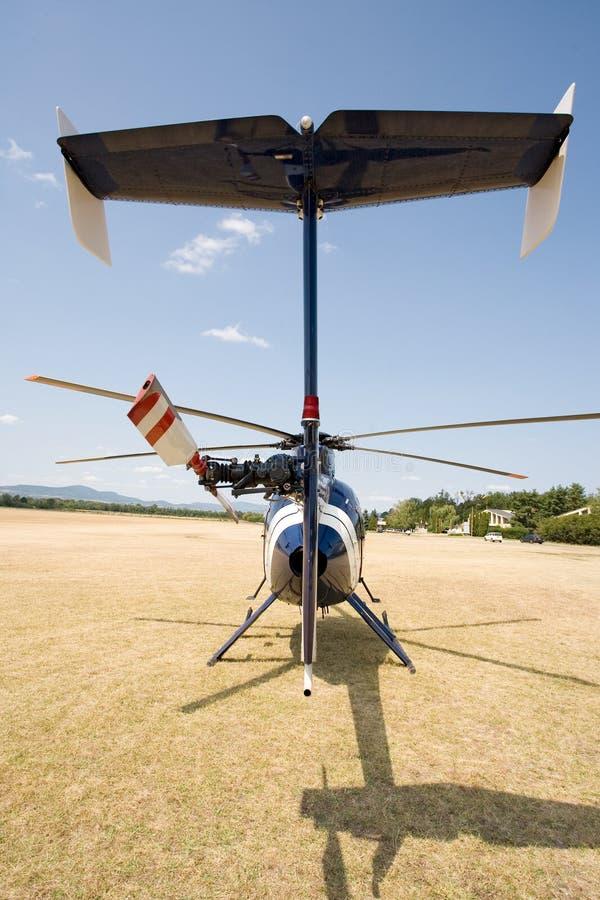 Elicottero blu sulla terra immagini stock