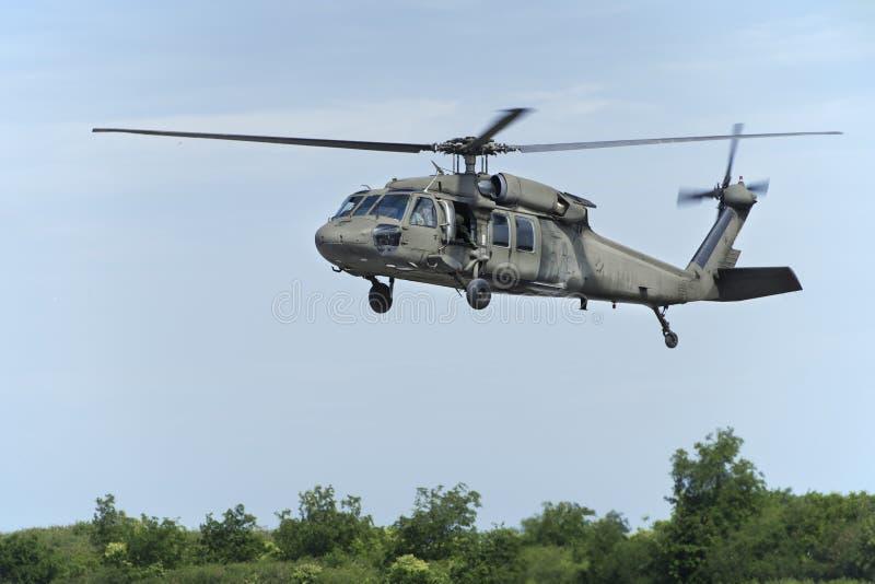 Elicottero che galleggia in cielo fotografia stock