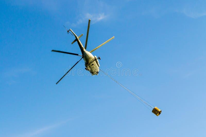 Elicottero Quanta Acqua Porta : Elicottero che porta in volo secchio immagine stock