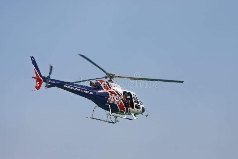 Elicottero che sorveglia la spiaggia di Copacabana in Rio de Janeiro Brazil fotografie stock libere da diritti