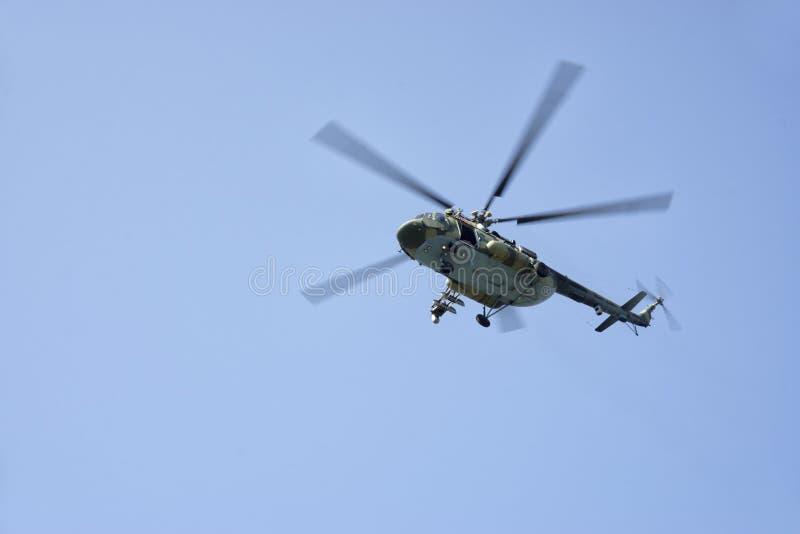 Elicottero da combattimento in cielo blu fotografia stock libera da diritti
